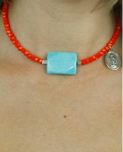 Gargantilha laranja e azul turquesa pouvoir