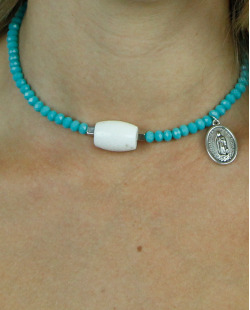 Gargantilha azul turquesa e branca pouvoir