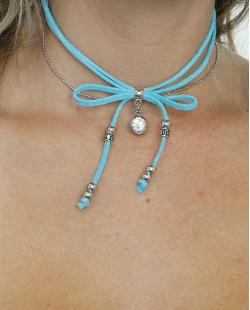 gargantilha azul e prateada Kenitra