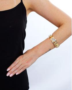 Bracelete dourado e licor Jout