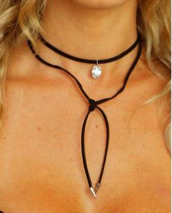Gargantilha preta, prateada e pedra furta-cor Angelica