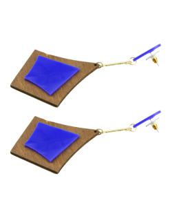 Maxi brinco triangular de acrílico azul e madeira Ashilei