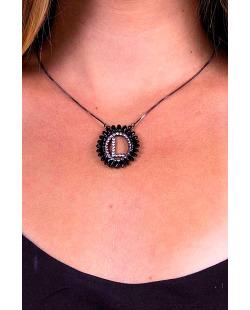 Colar de letra prateado com strass preto e cristal L