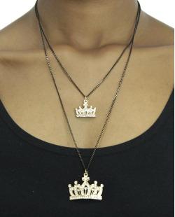 Colar de metal grafite e dourado com coroa e strass Queen
