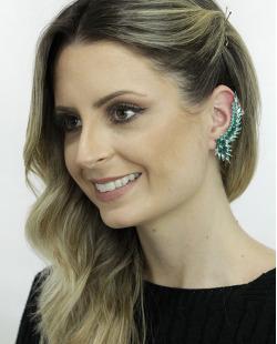 Ear cuff de metal prateado com strass verde Solna