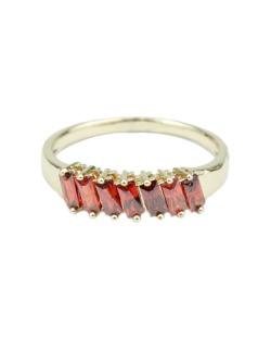 Anel de metal dourado com pedra vermelha Lunna