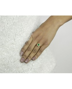 Anel de metal dourado com strass verde Cess