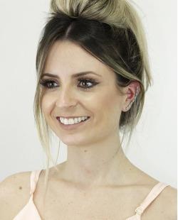Ear cuff de metal dourado com strass verde Coxen