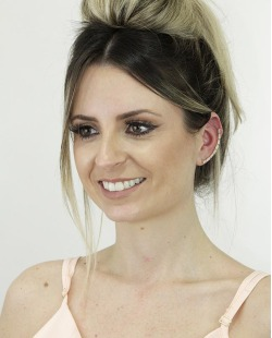 Ear cuff de metal dourado com strass branco Coxen