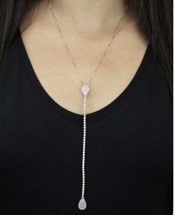Colar de metal prateado com strass e pedra rosa claro Arlon
