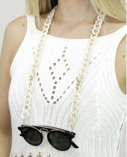 Corrente de óculos de acrílico bege com detalhe dourado Pinom