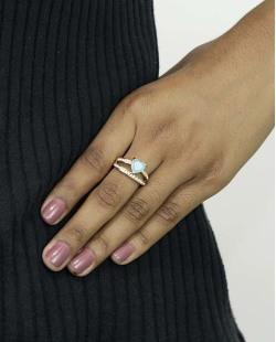 Anel de metal dourado com pedra azul claro e strass cristal Páfos
