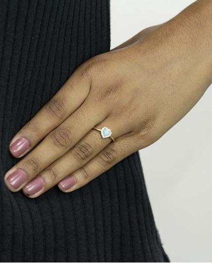 Anel de metal dourado com strass cristal e pedra azul claro Namper