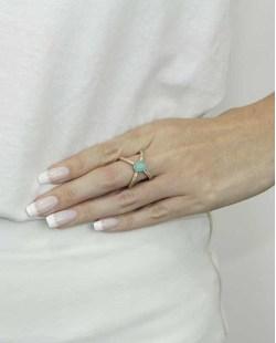 Anel de metal dourado com strass cristal e pedra verde claro Ramala