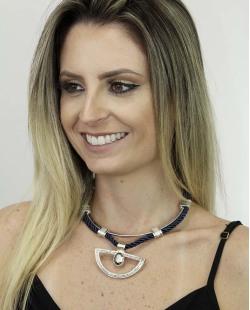 Maxi colar de metal prateado e tecido azul com pedra grafite Ascalão