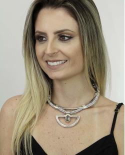 Maxi colar de metal prateado e tecido cinza com pedra grafite Ascalão