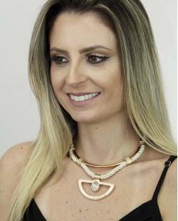 Maxi colar de metal dourado e tecido branco com pedra cristal Ascalão