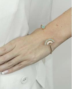 Bracelete de metal dourado com pedra verde Ramatan