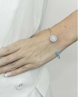 Bracelete de metal prateado com pedra cristal e azul Netanya