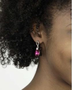 Brinco pequeno prateado com pedra rosa pink Peeves