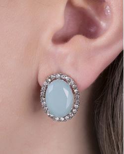 Brinco pequeno de metal prateado com pedra azul e strass cristal Lavie