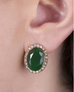 Brinco pequeno de metal dourado com pedra verde escuro e strass cristal Lavie