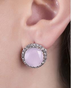 Brinco pequeno de metal prateado com pedra rosa e strass cristal Tigger