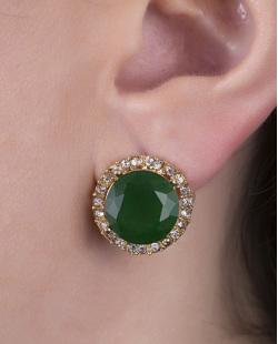 Brinco pequeno de metal dourado com pedra verde escuro e strass cristal Tigger
