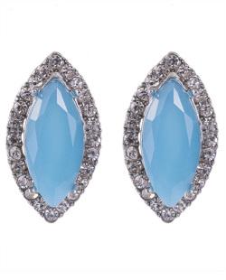Brinco pequeno de metal prateado com pedra azul e strass cristal Moecke