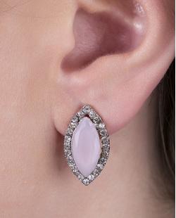 Brinco pequeno de metal prateado com pedra rosa e strass cristal Moecke