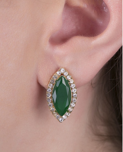 Brinco pequeno de metal dourado com pedra verde escuro e strass cristal Moecke