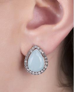 Brinco pequeno de metal prateado com pedra azul e strass cristal Celina