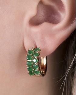 Brinco de argola dourado com pedra verde Labres