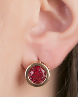 Brinco pequeno de metal dourado com pedra fusion vermelha Coimbra
