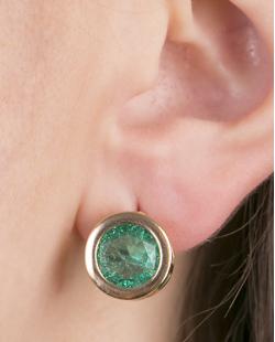 Brinco pequeno de metal dourado com pedra fusion verde Coimbra