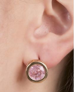 Brinco pequeno de metal dourado com pedra fusion rosa Coimbra