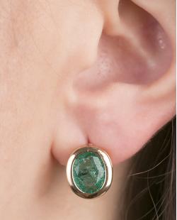 Brinco pequeno de metal dourado com pedra fusion verde Quavo