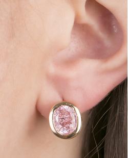 Brinco pequeno de metal dourado com pedra fusion rosa Quavo