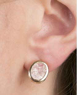Brinco pequeno de metal dourado com pedra fusion cristal Quavo