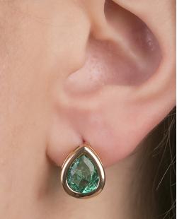 Brinco pequeno de metal dourado com pedra fusion verde Migos