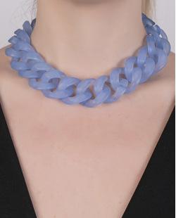 Colar de acrílico azul Vittar