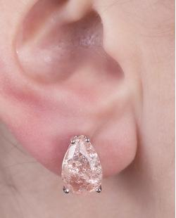 Brinco pequeno de metal prateado com pedra fusion rosé Cyz