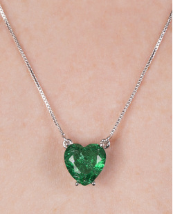 Colar de metal prateado com pedra fusion verde cora