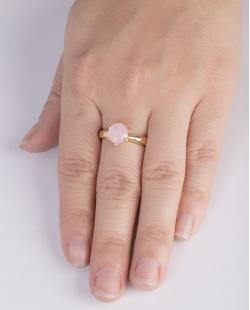 Anel de metal dourado com pedra rosa Brianna
