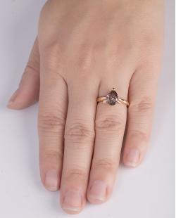 Anel de metal dourado com pedra rosé Kate