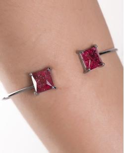 Bracelete de metal grafite com pedra fusion vermelha Peggy