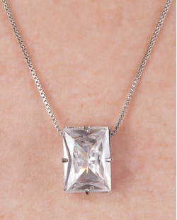 Colar de metal prateado com pedra cristal Agatha