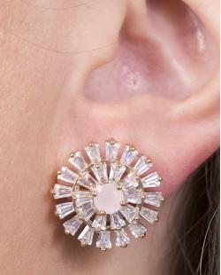 Brinco pequeno de metal dourado com pedra rosa e strass cristal Tássia