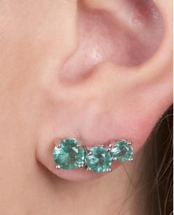 Ear cuff de metal prateado com pedra verde jazz