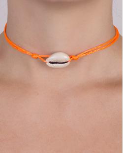 Gargantilha choker laranja neon com búzio Cybele